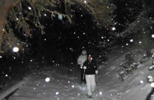 Raquettes en nocturne dans les Pyrénées-Orientales. Marche sous la neige seuleument éclairé par des lampes frontales.