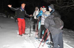 Raquettes à neige en nocturne. Une pause explicative sur les animaux endémiques des Pyrénées-Orientales.
