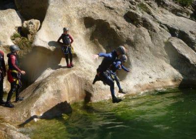 Toboggans, sauts, rappels au programme dans cette session de canyoning.