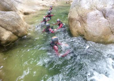 Un peu de nage au Galamus.Certazins passages du canyon rendent obligatoire quelques mouvements de nage.