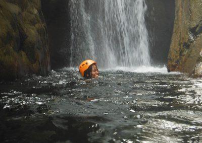 Canyon Llech à proximité de PRADES. Ici à lasuite d'un rappel, un peu de nage.
