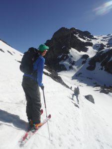 Le ski de randonnée en montagne. Contenplation du paysage montagneux des Pyrénées-Orientales