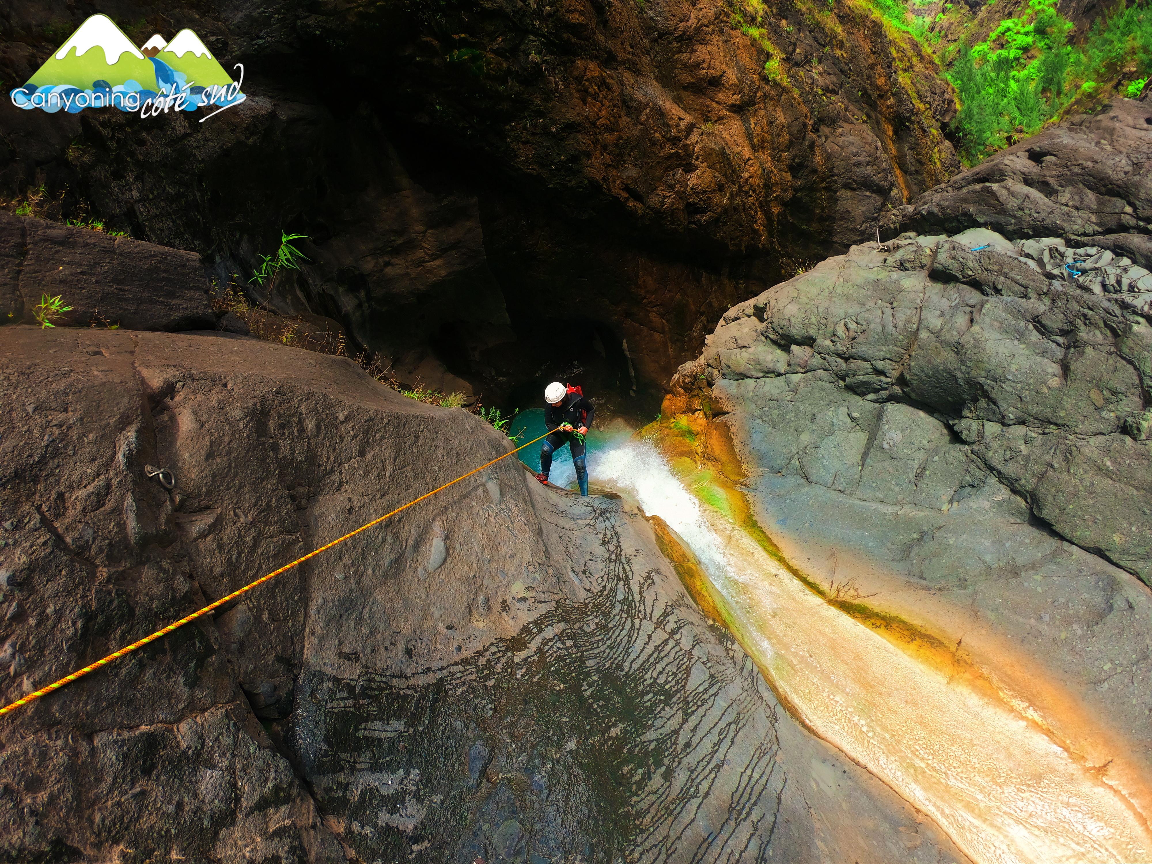 Canyoning Pyrénées-Orientales. Belle photo de rappel de votre guide canyononing Sébastien